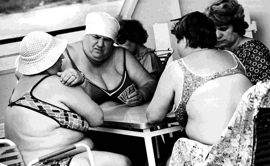 В СССР в те годы мало что можно было купить из готовой одежды, потому купальники чаще всего шились из подручных материалов (ситец, сатин, трикотаж) по выкройкам из западных журналов. В моде, например, были вязаные купальники на завязках. Бикини СССР не закупал принципиально — власти такую модель считали непристойной