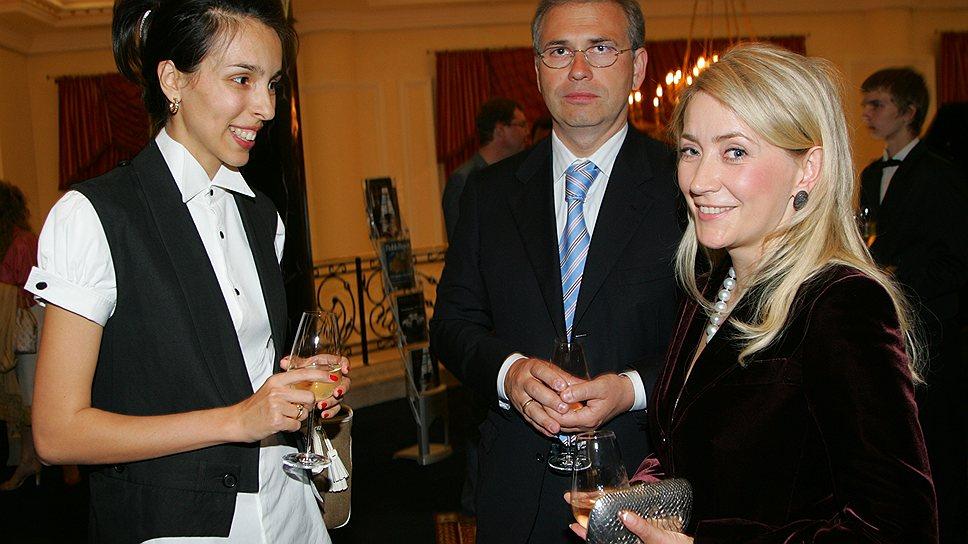 Экс-министр финансов Подмосковья Алексей Кузнецов (в центре) с супругой Жанной Буллок (справа)