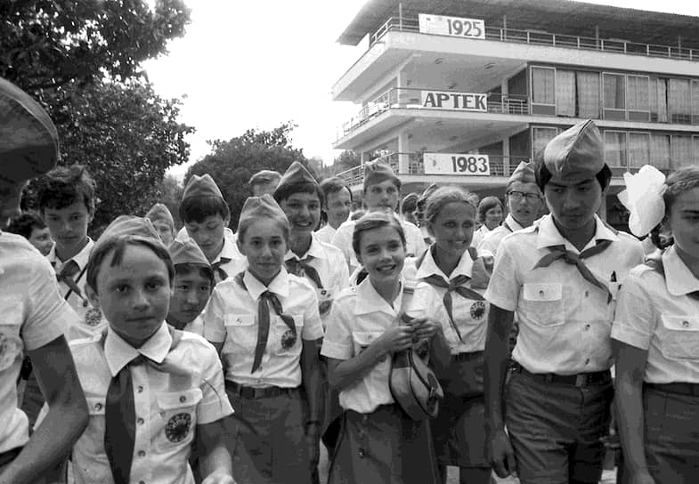 В лагере «Артек», где Саманта провела несколько дней, девочка вела обычный распорядок, такой же, как и советские пионеры. Ей очень понравилась пионерская форма, девочка забрала ее с собой в США