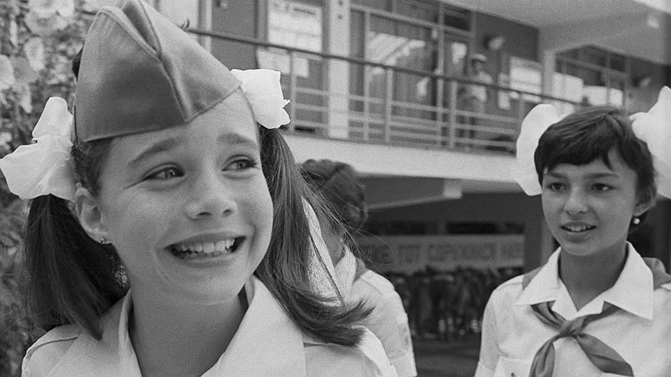 В 1982 году 10-летняя американская школьница из штата Мэн написала письмо новому генсеку СССР Юрию Андропову, которого журнал Time Magazine назвал «опасной личностью, как никогда угрожающей безопасности США». Девочка спросила Андропова, так ли это. «Вы, конечно, не обязаны отвечать на мой вопрос, но я хотела бы знать, почему Вы хотите завоевать весь мир или по крайней мере нашу страну»,— написала Саманта