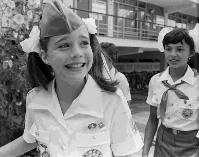 В 1982 году 10-летняя американская школьница из штата Мэн написала письмо новому генсеку СССР Юрию Андропову, которого журнал Time Magazine назвал «опасной личностью, как никогда угрожающей безопасности США». Девочка спросила Андропова, так ли это. «Вы, конечно, не обязаны отвечать на мой вопрос, но я хотела бы знать, почему вы хотите завоевать весь мир или по крайней мере нашу страну», — написала Саманта