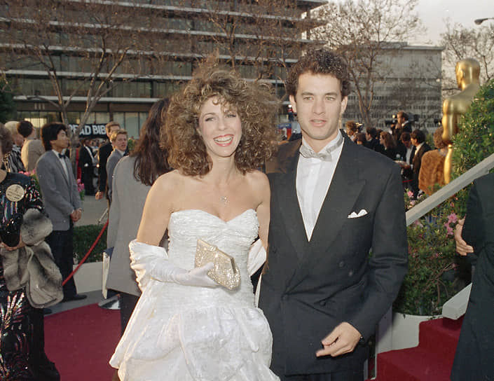 Первой женой Тома Хэнкса была актриса Саманта Льюис. Они поженились в 1978 году, от этого брака у актера двое детей — Колин и Элизабет. В 1987-м Хэнкс и Льюис развелись, а с 1988 года актер женат на певице и актрисе Рите Уилсон (на фото). От этого брака у Хэнкса тоже двое детей — Честер и Труман