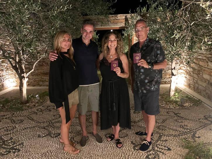 В декабре 2019 года Том Хэнкс, Рита Уилсон и двое их сыновей получили греческое гражданство. У семьи есть дом на острове Антипарос, где они проводят каникулы. Отмечалось, что греческие власти поступили так в знак благодарности за роль супругов в привлечении внимания общественности к разрушительному пожару под Афинами<br> На фото: с премьер-министром Греции Кириакосом Мицатокисом и его женой Маревой Грабовски-Мицотакис