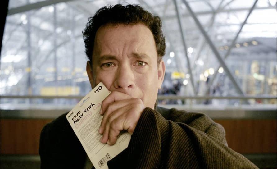 """«Если вы будете обращать внимание на искусственность происходящего, то не сможете войти в роль. Часто кто-нибудь из съемочной группы спрашивает: """"Здесь я нормально стою? Не мешаю?"""" А я отвечаю: """"Я вас даже не вижу""""»<br> Документы героя Тома Хэнкса в фильме «Терминал» 2004 года (кадр на фото) — Виктора Наворски, отправившегося в Нью-Йорк из Восточной Европы, — выданы на имя «ЕЩЬ РФТЛЫ». При переводе в английскую раскладку клавиатуры из этого сочетания букв получается TOM HANKS"""