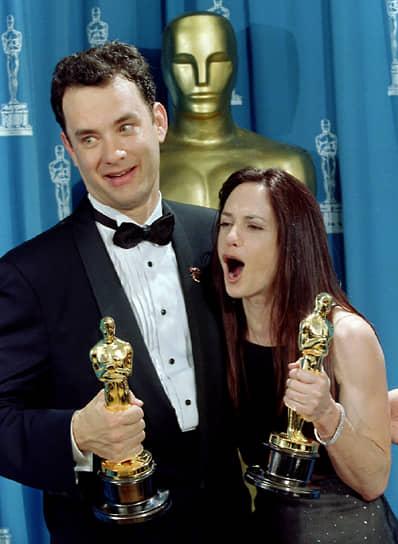 Том Хэнкс стал вторым актером в истории мирового кинематографа (первый — Спенсер Трейси), который получал премию «Оскар» два года подряд: за роли в фильмах «Филадельфия» (1993) и «Форрест Гамп» (1994)<br> На фото: с актрисой Холли Хантер