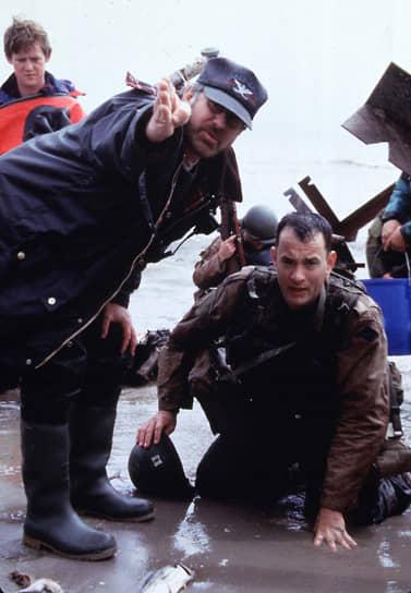 «Беда в том, что вероятность создать по-настоящему удачный фильм очень мала. Он ведь делается трижды, и каждый раз совершенно независимо: сценаристом, на съемочной площадке и в монтажной»<br> В одном из эпизодов фильма «Спасти рядового Райана» (1998) одному из персонажей делают замечание за то, что он отдал честь своему командиру (в исполнении Тома Хэнкса) и тем самым указал на него снайперам. В «Форресте Гампе» за аналогичный проступок был наказан герой Тома Хэнкса<br> На фото: с режиссером Стивеном Спилбергом (слева) на съемках фильма «Спасти рядового Райана»