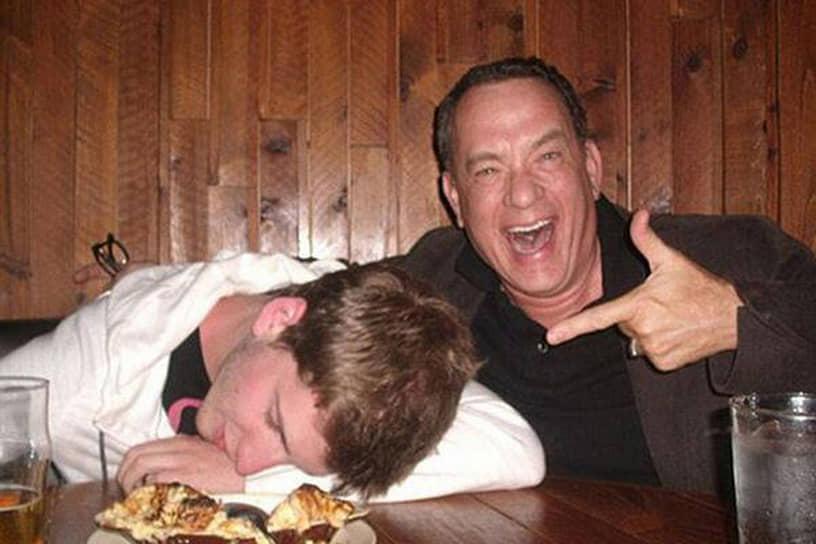 «Люди — слишком сложные существа, чтобы понять их полностью»<br> В 2012 году это фото облетело весь интернет. Существует две версии его происхождения: первая — фанат встретил Тома Хэнкса в баре и попросил с ним сфотографироваться, а сам ради оригинального кадра притворился пьяным. Вторая — Том Хэнкс, сидя в баре с приятелем, увидел спящего пьяного парня и шутки ради сделал с ним пару совместных фото на его смартфон