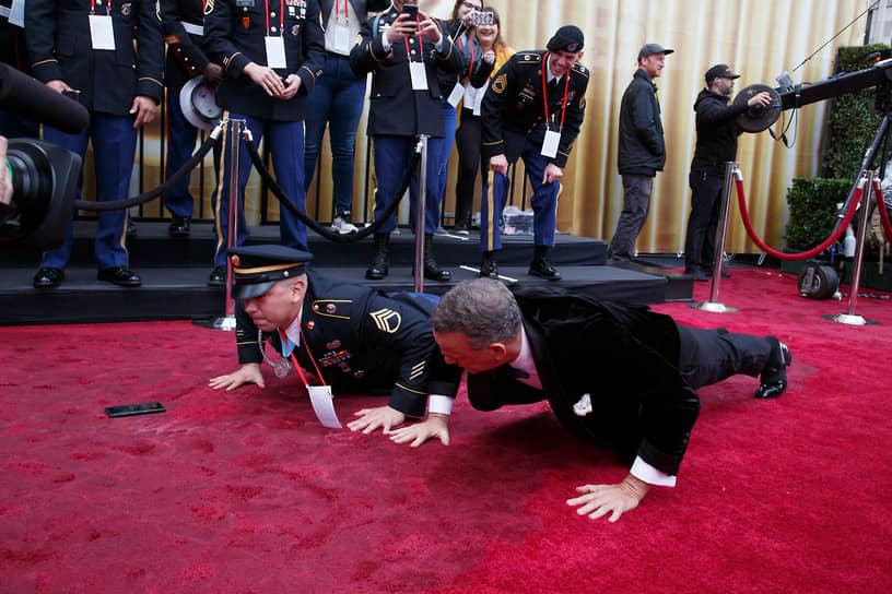 «Люди всегда думают, что в любом человеке есть плохие стороны, скелеты в шкафу, демоны под кроватью. Но правда в том, что вы никогда не узнаете всей правды обо мне, как и я о вас»<br> На фото: Том Хэнкс на красной ковровой дорожке перед церемонией вручения «Оскаров»