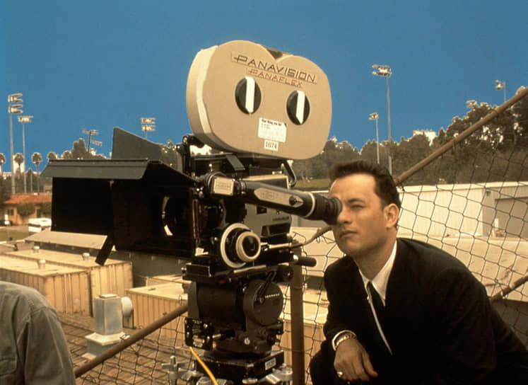 «Перед началом съемок ты можешь прийти на площадку и сказать: посмотрите, до чего же все это смешно. Как нелепы все эти штативы, кран с камерой, ящики-подставки и прочий инвентарь»<br> В 1996 году Том Хэнкс дебютировал в качестве режиссера, сняв в подчеркнуто документальной манере историю молодежного ансамбля, который распался после своего первого хита. Фильм «То, что ты делаешь» получил благожелательные отзывы критиков, но не снискал крупных наград
