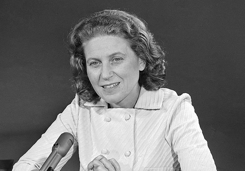 Весной 1967 года дочь Иосифа Сталина — Светлана Аллилуева была в Индии. Ей разрешили выехать из СССР, чтобы исполнить последнюю волю гражданского мужа — индийского коммуниста Браджеша Сингха, который просил развеять свой прах над Гангом. 6 марта, в день намеченного возвращения в Москву, она попросила в посольстве США в Дели политического убежища и в тот же день была тайно вывезена из Индии в США. В 1984 году вернулась в СССР, однако спустя два года вновь эмигрировала. В 2011 году скончалась в США