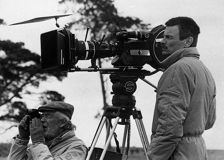 Режиссер Андрей Тарковский в 1982 году уехал в Италию для съемок фильма «Ностальгия». По окончании съемок в 1984 году Тарковский объявил, что не собирается возвращаться в СССР. После этого он снял только один фильм — «Жертвоприношение». Умер от рака легких в Париже в 1986 году