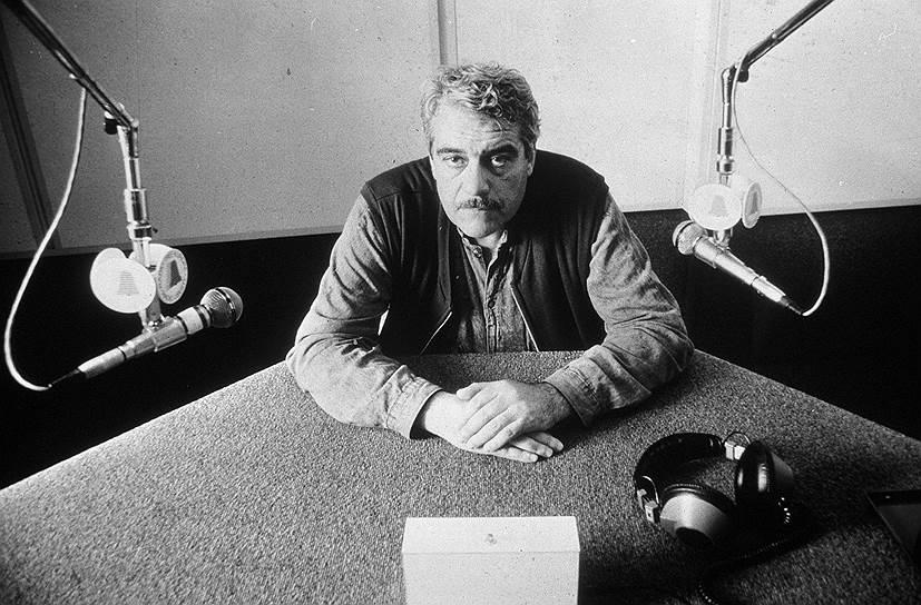 Писатель и журналист Сергей Довлатов в 1978 году — как считается, из-за преследования властей — эмигрировал из СССР в США. В Нью-Йорке стал главным редактором еженедельной газеты «Новый американец». За двенадцать лет эмиграции издал двенадцать книг. Умер в 1990 году в Нью-Йорке