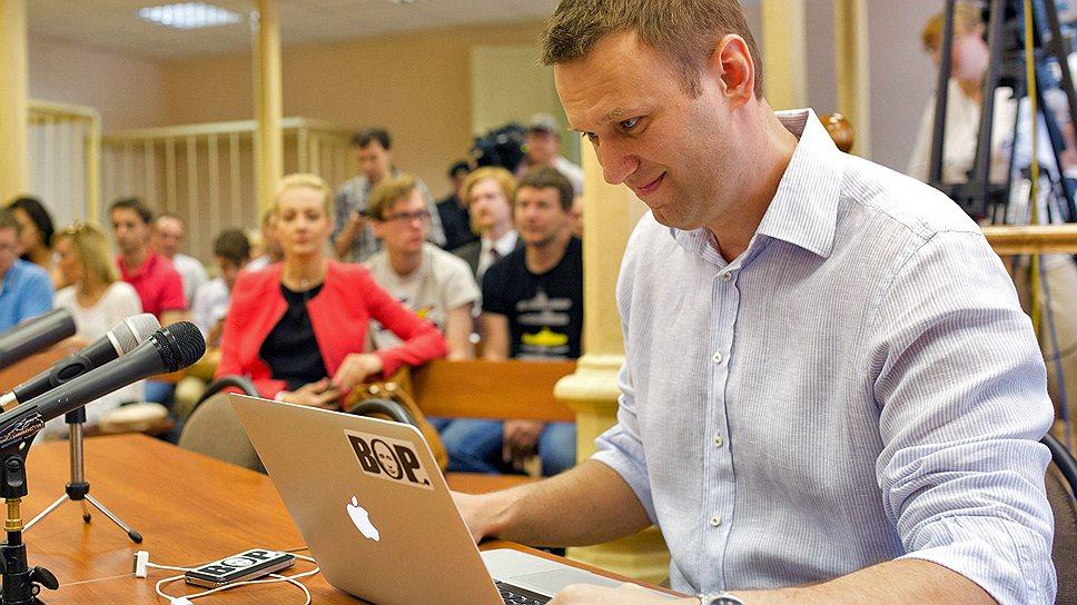 Кандидат в мэры Москвы Алексей Навальный (справа)