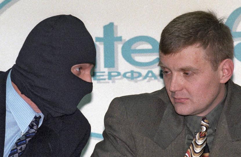 Среди причастных к смерти Литвиненко называлось множество фамилий, в том числе и российского предпринимателя Бориса Березовского. 1 апреля 2007 года в эфире телепрограммы «Вести недели» было показано интервью с «другом Литвиненко», который обвинил в убийстве Литвиненко Бориса Березовского. По его версии, Литвиненко обладал информацией о том, что господин Березовский получил статус политического беженца с помощью подлога. В 1998 году Александр Литвиненко выступал на пресс-конференции по несостоявшемуся покушению на господина Березовского, который заявлял, что именно Литвиненко должен был быть исполнителем (на фото)