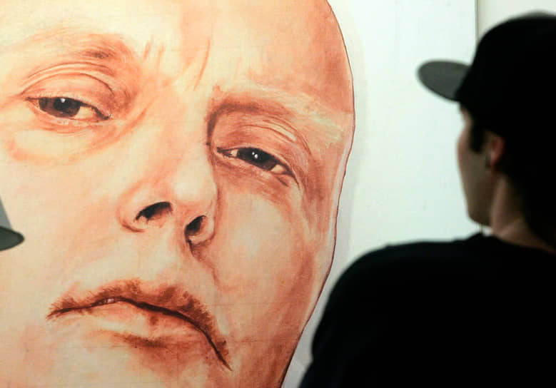 Экс-офицер ФСБ Александр Литвиненко почувствовал себя плохо 1 ноября 2006 года. С такими симптомами, как  тошнота и рвота, пожелтение кожных покровов, выпадение волос и поражение костного мозга, он был госпитализирован в больницу Университетского колледжа Лондона. Специалисты британского Агентства по охране здоровья заявили уже после смерти Литвиненко, что в его теле обнаружено значительное количество радиоактивного элемента полоний-210