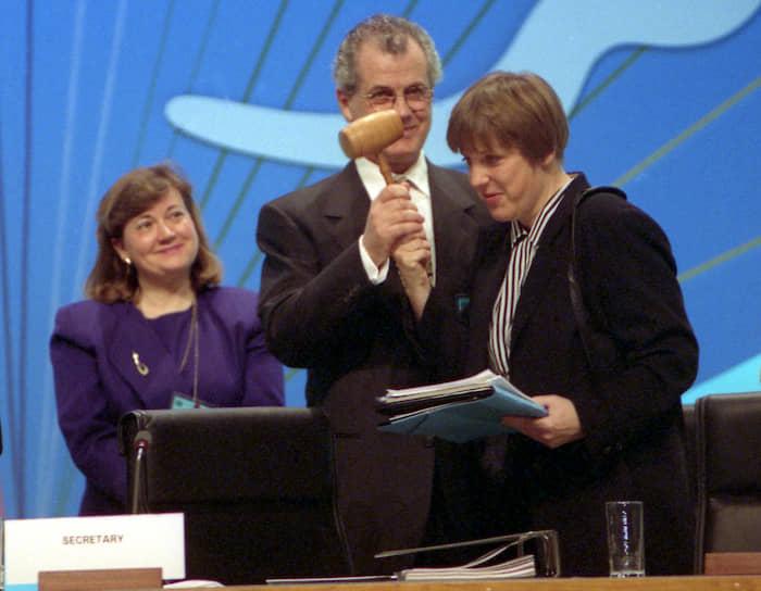 Окончив школу, золотая медалистка Ангела Меркель (на фото справа) поступила на физфак Лейпцигского университета. Там она встретила Ульриха Меркеля. Ей было 23 года, ему — на год больше. Они поженились, и после окончания университета молодая семья переехала в Берлин. Поначалу Ангеле не везло с работой — ее не брали ни учительницей физики, ни преподавателем русского языка