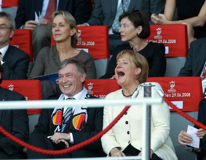 Сменщицей Гельмута Коля впервые в истории партии стала женщина — Ангела Меркель. Она стала председателем ХДС, несмотря на то, что критики упрекали ее в отсутствии харизмы, журналисты называли занудной, а карикатуристы издевались над ее неизменной стрижкой «под горшок» <br>На фото: экс-президент Германии Хорст Кёлер (слева) и Ангела Меркель