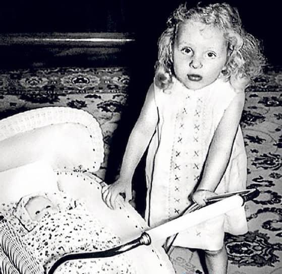 Ангела Меркель (в девичестве Каснер) родилась в Гамбурге в семье священника-протестанта и учительницы. Когда девочке исполнилось три года, ее родители неожиданно переехали в Восточную Германию, где отцу Ангелы дали место пастора. В разгар холодной войны Хорст Каснер и его семья были буквально осыпаны привилегиями: Каснер возглавил семинарию, его дочь поступила в привилегированную школу, у семьи был хороший дом и два автомобиля