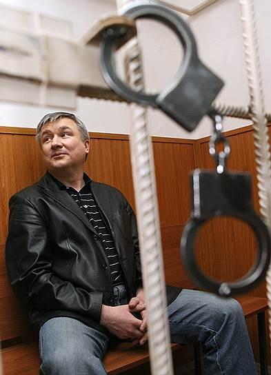 В июне 2007 года бывшему сенатору от Башкирии Игорю Изместьеву было предъявлено обвинение в организации дачи взятки в размере $10 тыс. оперуполномоченному департамента экономической безопасности ФСБ майору Ольге Нужденовой. В настоящее время он отбывает пожизненное наказание за организацию серии заказных убийств. В июле 2017 года Изместьев написал на имя президента России прошение о помиловании