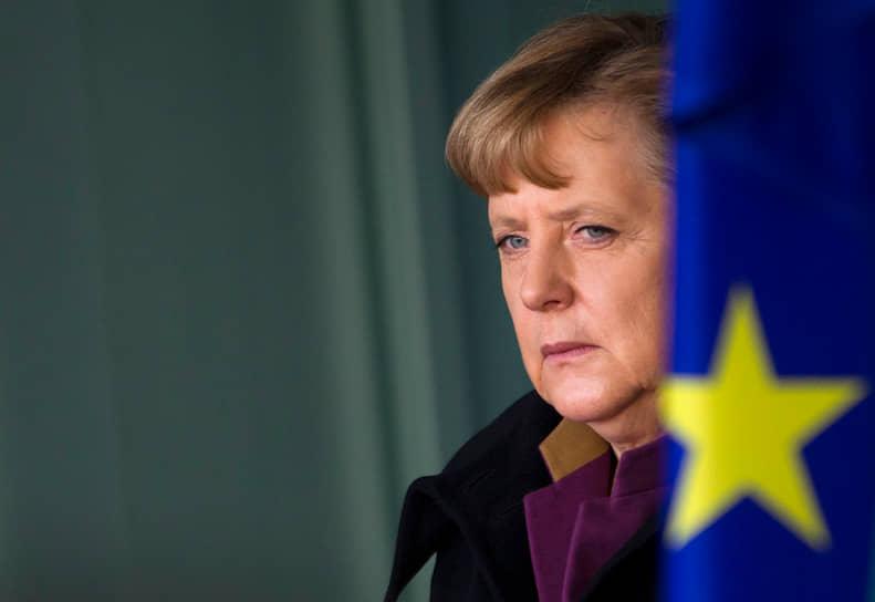 Вскоре она стала секретарем ХДС. Однако, когда в 1999 году Коля обвинили в том, что ХДС принимала деньги на партийные нужды от олигархов, Ангела Меркель публично потребовала от партийного руководства обновить ряды ХДС, избавившись и от своего многолетнего лидера, и от его ближайшего соратника, председателя ХДС Вольфганга Шойбле, прикованного к инвалидному креслу
