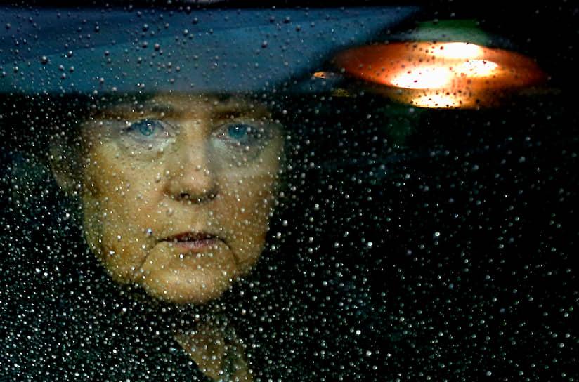 Хотя имиджмейкеры ХДС/ХСС провели масштабную кампанию по улучшению восприятия  Меркель населением, с самого начала было очевидно, что она намного хуже владеет искусством общения с журналистами, и в первую очередь с телевизионщиками, чем Герхард Шредер. Социал-демократы умело воспользовались отказом Ангелы Меркель от второй теледуэли с канцлером, обвинив лидера ХДС в трусости. Кроме того, против имиджа Ангелы Меркель на протяжении всей кампании играли и многие факты ее биографии. Женщина, протестантка, уроженка восточных земель, разведенная и вновь вышедшая замуж, так и не смогла стать олицетворением консервативных ценностей в глазах основного электората партии — мужчин-католиков с запада Германии