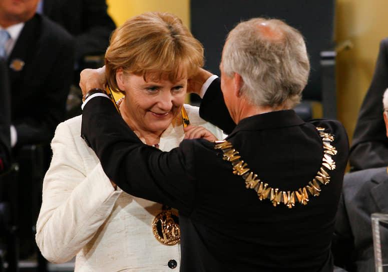 В 2007 году Германия председательствовала в Европейском союзе, а Ангела Меркель успешно разрешила серьезный кризис, поставивший под сомнение будущее единой Европы. С помощью нее было принято соглашение, заменившее проект провалившейся на референдумах в Нидерландах и Франции Конституции. 2008 году Меркель вручили премию имени Карла Великого за заслуги в деле развития Евросоюза