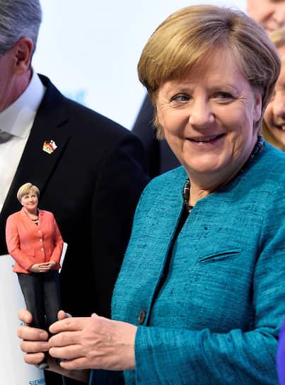 Ангела Меркель обожает писать SMS и за день отправляет десятки сообщений своим сотрудникам. При  этом у нее отключена голосовая почта, так как канцлер опасается, что может забыть ответить на сообщение