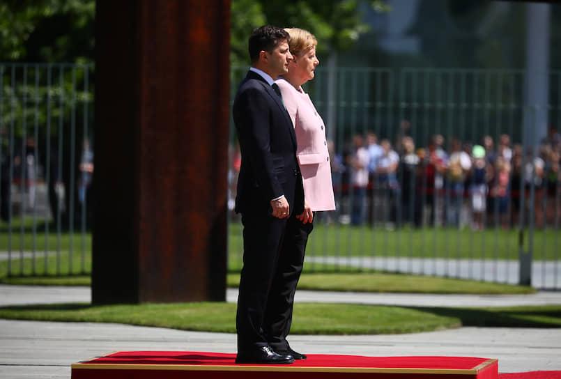 18 июня 2019 года на встрече с президентом Украины Владимиром Зеленским (на фото) Ангеле Меркель стало плохо: ее начала бить дрожь. Сама канцлер объяснила свое состояние обезвоживанием