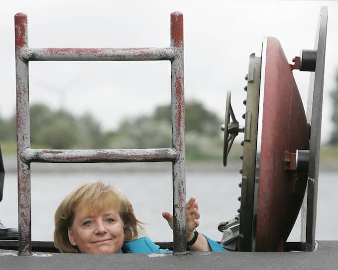 Ангела Меркель известна своей способностью сохранять хладнокровие в любой ситуации. На ее рабочем столе даже стоит табличка с надписью «In der Ruhe liegt die Kraft» — «Сила в спокойствии». Когда же канцлер все-таки выходит из себя, чаще всего она использует слово «Scheiße» («дерьмо»)