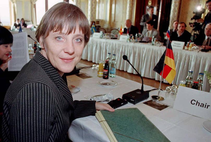 Ангела никогда не была в оппозиции режиму в ГДР. Напротив, комсомолка и активистка, она всей душой болела за социализм. Социализм платил ей взаимностью. Активную деятельность в местной комсомольской организации «Свободная немецкая молодежь» Ангела умудрялась совмещать с членством в молодежной организации христианских демократов, так называемом клубе нецелованных