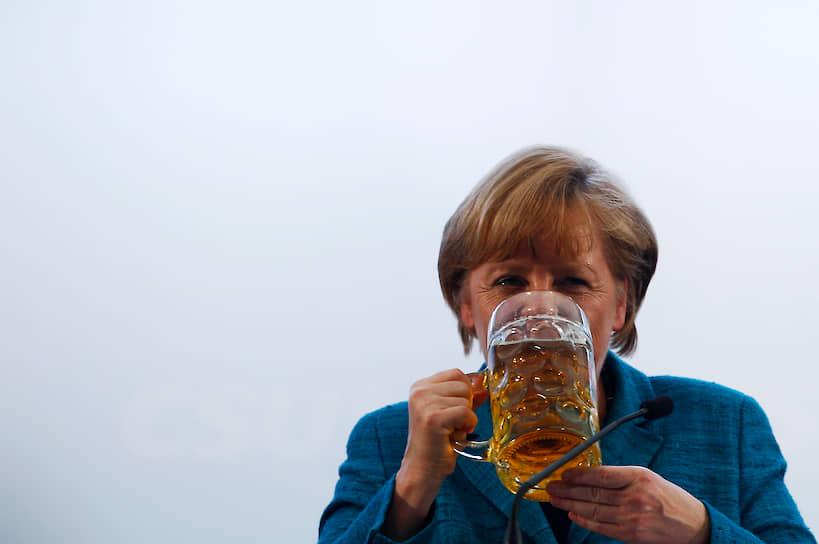 Превращение ученого-физика в активиста-демократа произошло в 1989 году после падения Берлинской стены. По словам самой Меркель, это событие произвело на нее огромное впечатление. В одном из интервью она рассказывала, что в семье Каснеров часто мечтали о воссоединении Германии и говорили, что, когда это произойдет, они первым делом отправятся в Западный Берлин, возьмут лучший столик в ресторане отеля Kempinski и отпразднуют событие, заказав много-много омаров