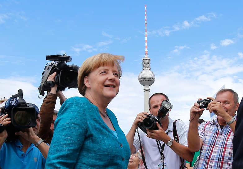 """Годы руководства оппозиционной партией оказались самыми сложными для госпожи Меркель. Ее замечали и любили избиратели, но старые функционеры ХДС явно были от нее не в восторге. Ей ставили в укор все — от преследования Коля (многие считали это настоящим предательством) до внешнего вида, который совершенно не соответствовал представлениям о том, как должна выглядеть удачливая женщина-политик, лидер одной из ведущих партий и претендент на пост главы правительства Германии. «Если она хочет быть """"железной фрау"""", пусть и выглядит не хуже """"железной леди""""»,— говорили ее противники"""
