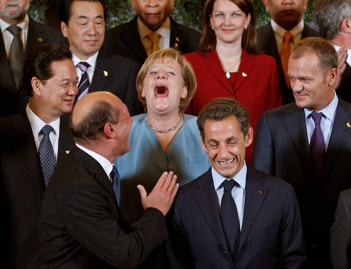 Разве что при обсуждении вопроса о расширении Евросоюза Ангела Меркель показала себя как стойкая защитница христианских ценностей, как она их понимает,— она объявила, что будет противиться тому, чтобы в ЕС была принята Турция. Возможно, ей удалось сыграть на страхе определенной части населения перед исламизацией Европы, но зато она одним махом перечеркнула возможность получить хоть какую-то часть голосов избирателей турецкого происхождения<br>На фото: Ангела Меркель (в центре), бывший президент Франции Николя Саркози (на переднем плане справа)