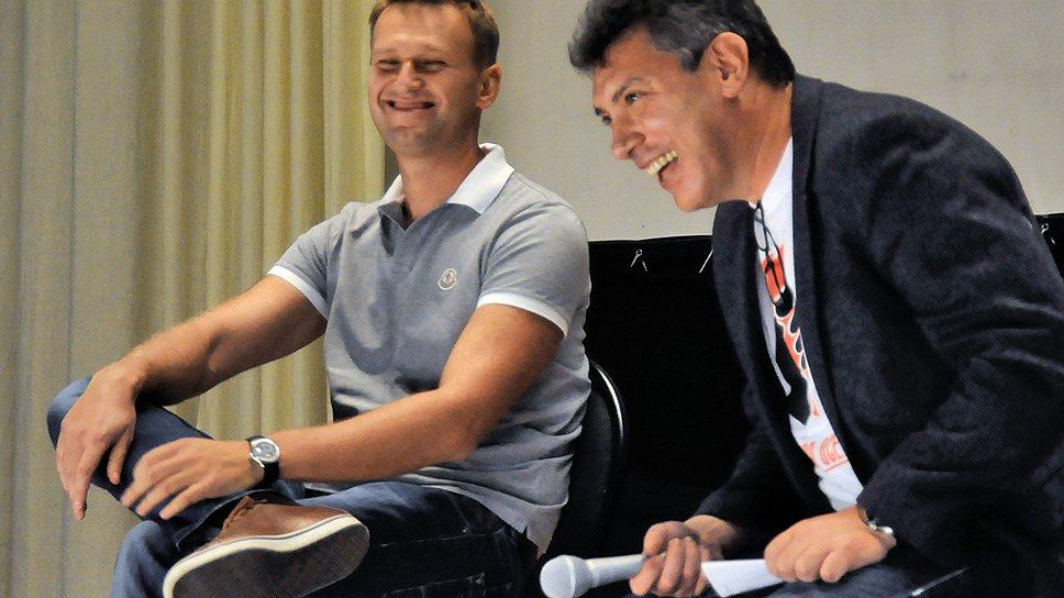 Алексей Навальный и сопредседатель оппозиционной Партии народной свободы Борис Немцов (справа) во время заседания гражданского форума «Последняя осень» в учебном центре «Менделеево», 2011 год