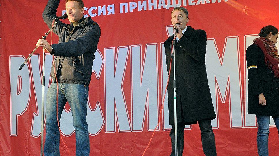 Алексей Навальный (слева) во время проведения акции «Русский марш», организованной  объединениями «Русские», «Лига обороны Москвы», «Русское общественное движение», прошла в Люблино, 2011 год