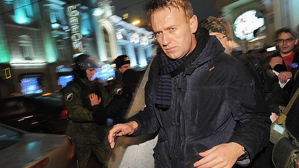 Алексей Навальный во время митинга оппозиции на Чистопрудном бульваре против фальсификаций на выборах в Государственную думу России под лозунгом «Эти выборы -- фарс! Вернем себе выбор! Вернем власть народу!», 2011 год