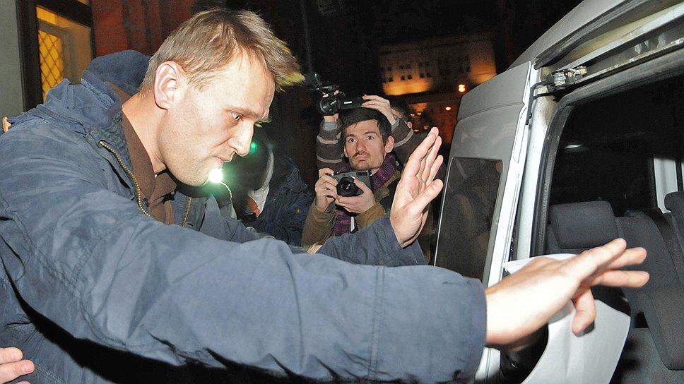 Алексей Навальный (слева) после рассмотрения ходатайства о мере пресечения в отношении его в 370-м мировом судебном участке Тверского суда, 2011 год