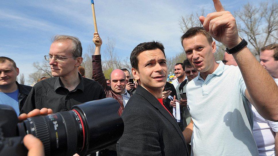 Слева направо: бывший кандидат в мэры Астрахани Олег Шеин, один из лидеров движения «Солидарность», Илья Яшин, и блогер Алексей Навальный среди участников  несанционированной забастовки автоперевозчиков Астрахани, 2012 год