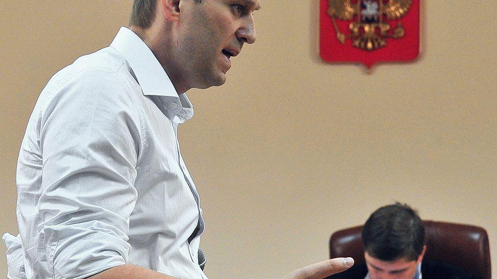 Алексей Навальный (слева), обвиняемый в растрате имущества «Кировлеса», на судебных слушаниях по его делу в Ленинском районном суде города Кирова, 2013 год