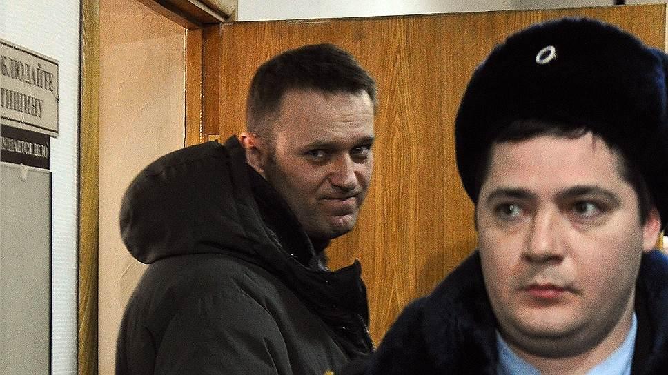 """Алексей Навальный (слева), обвиняемый по уголовному делу о мошенничестве с имуществом компании """"Ив Роше"""", после рассмотрения ходотайства следствия изменить ему меру пресечения с подписки о невыезде на домашний арест. Рассмотрение состоялось в Басманном районном суде"""