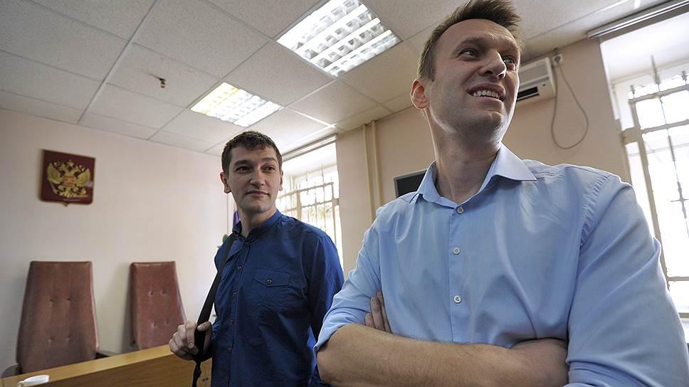 Обвиняемые в мошенничестве и легализации денежных средств компании «Ив Роше», председатель партии «Народный альянс» Алексей Навальный (справа) и его брат Олег (слева) во время предварительных слушаний уголовного дела в Замоскворецком суде