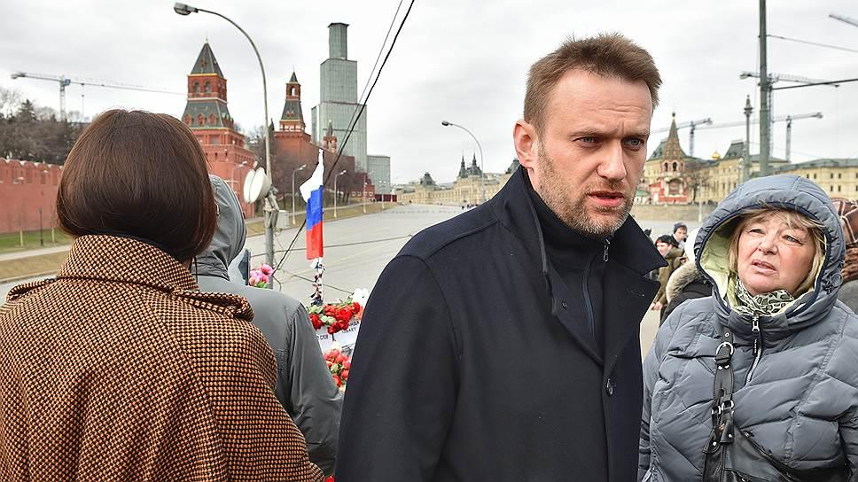 Алексей Навальный (в центре) на месте гибели сопредседателя политической партии «РПР-ПАРНАС» Бориса Немцова, который был застрелен в ночь с 27 на 28 февраля на Большом Москворецком мосту