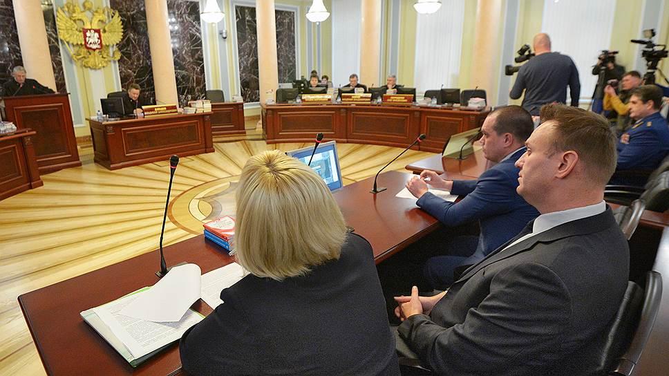 Алексей Навальный (справа) на заседании Верховного суда РФ