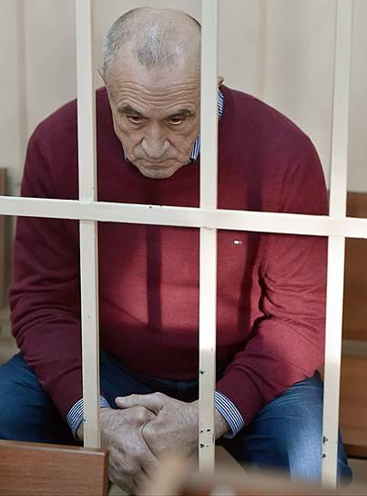 4 апреля 2017 года против главы Удмуртии Александра Соловьева было выдвинуто обвинение в получении взятки в особо крупном размере.  Подозреваемый был задержан и этапирован в Москву. В тот же день указом президента России был уволен «в связи с утратой доверия». Сумма взяток, в которых подозревался Соловьев, насчитывала 139 млн руб. 14 октября 2020 года суд признал его виновным и приговорил к 10 годам колонии