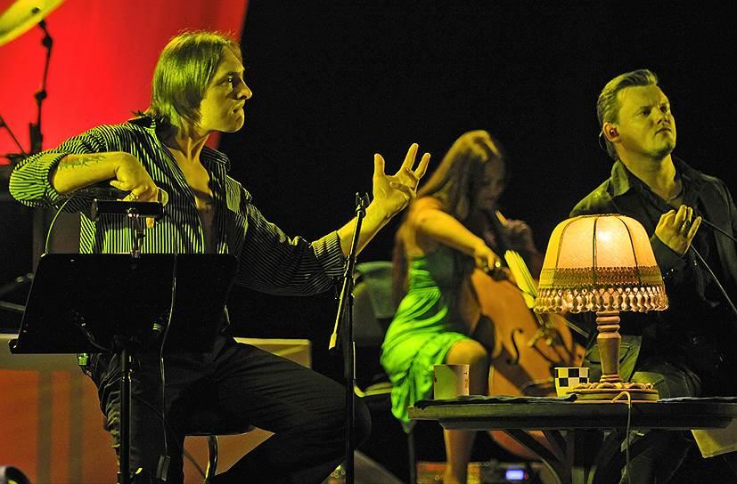 В 2004 году вышел дебютный сольный альбом Михаила Горшенева — «Я алкоголик анархист», песни из которого — «Жизнь» и «Соловьи» — попали в итоговую сотню хит-парада «Чартова Дюжина» за 2005 год