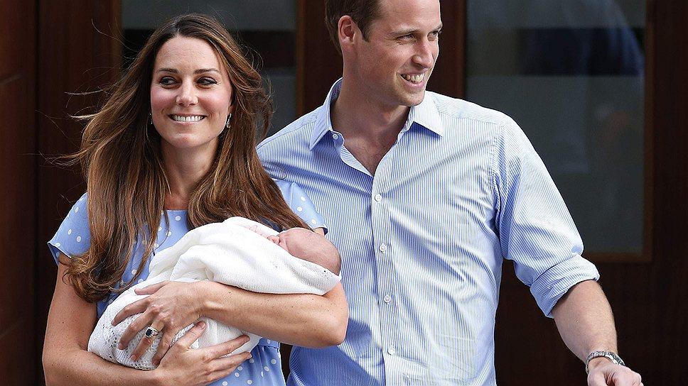 Принц Уильям и Кейт Миддлтон покинули больницу святой Марии через день после рождения сына. Перед отъездом домой они показали наследника журналистам и ликующей публике