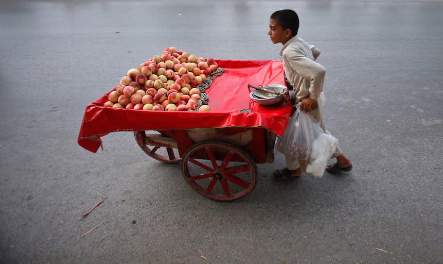 Некоторые оправдывают детский труд тем, что это дает стране сравнительное преимущество в сфере торговли и экспорта