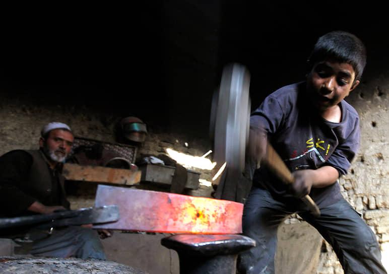 Более половины работающих детей приходится на густонаселенную Азию, тогда как в процентном отношении этот показатель больше для самого бедного из континентов — Африки: там работает каждый третий ребенок, в Латинской Америке — 15-20%. Статистический учет затруднен тем, что информация, как правило, скрывается работодателями
