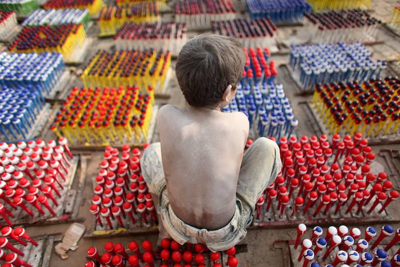 Единого четкого понятия, что такое детский труд, в мире нет. По критериям ЮНИСЕФ, эта та работа, которая «слишком продолжительна, слишком трудна, вредна для детского физического или умственного здоровья». Также подразумевается, что такой труд мешает получению образования