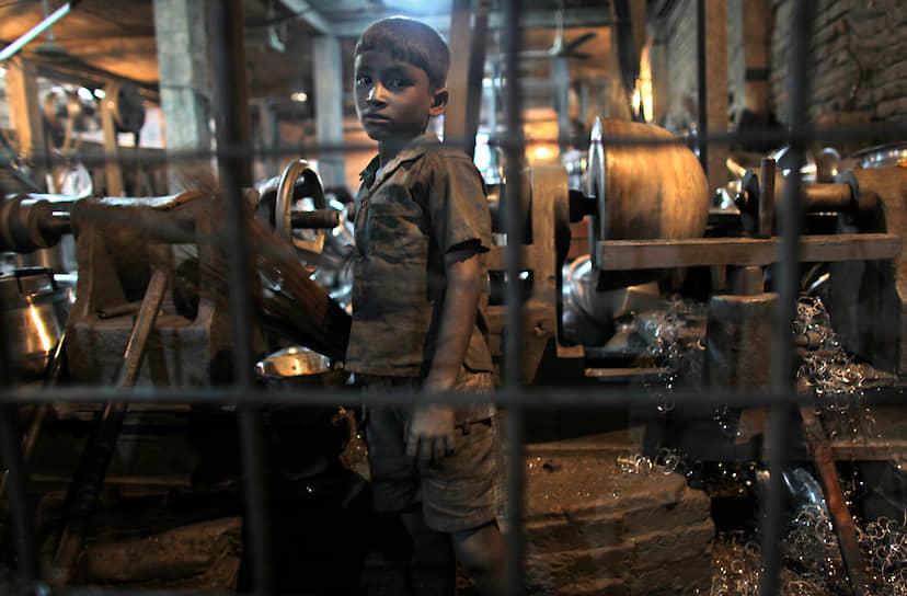 Детский труд наравне со взрослыми вызывает значительные психологические и физиологические повреждения: работающие с 5-8 лет дети приходят во взрослый мир с неразвитым умом и физическими данными, а также с набором профессиональных заболеваний